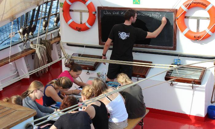 Klassenzimmer unter Segeln - Chemieunterricht an Bord