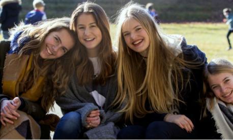 Mädchen vor Haupthaus-Wiese