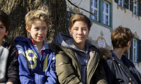 Jungen vor Haupthaus